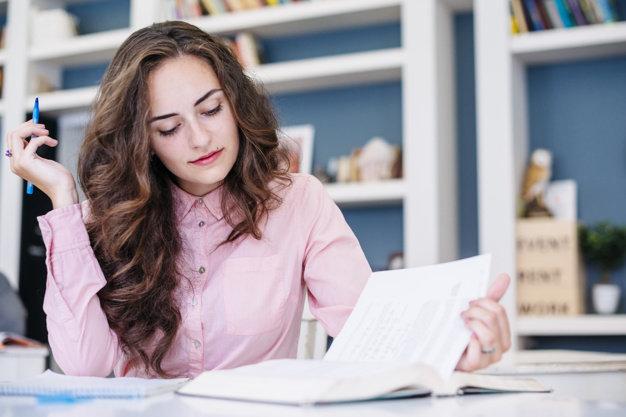 joven-mujer-estudiando-en-la-biblioteca_23-2147844689.jpg